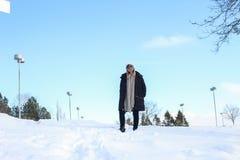Kobiety odprowadzenie w śniegu z zimą, odziewa obraz royalty free