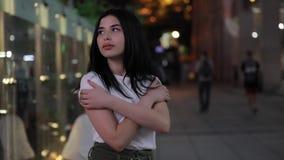 Kobiety odprowadzenie w świeżym nocy mieście zbiory wideo