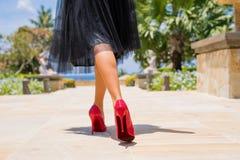 Kobiety odprowadzenie w czerwonych szpilkach zdjęcia royalty free