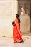 Kobiety odprowadzenie w Khas Mahal, Agra fort, Uttar Pradesh, India Zdjęcie Stock