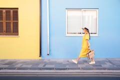 Kobiety odprowadzenie w kolor ? zdjęcia stock