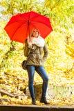 Kobiety odprowadzenie w parku z parasolem Zdjęcie Stock