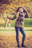 Kobiety odprowadzenie w parku z parasolem Obrazy Royalty Free