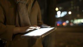 Kobiety odprowadzenie w wieczór używać i ulicie zbiory wideo
