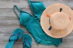 Kobiety odzież, akcesoria, buta słomiany kapelusz, błękitna zieleń pływa Fotografia Stock