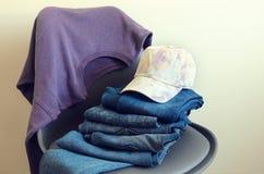 Kobiety odzież, akcesoria fiołkowa bluza sportowa, niebiescy dżinsy, basy Zdjęcia Royalty Free