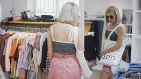 Kobiety odzież biała suknia w checkroom Modna europejska dziewczyna patrzeje w lustrze w trafnym pokoju Potomstwa i zbiory