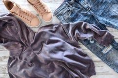 Kobiety odzież, obuwia fiołkowy aksamitny hoodie, kwas mył jea Fotografia Royalty Free