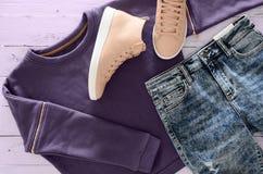 Kobiety odzież, obuwie fiołkowa bluza sportowa, kwas mył cajgi, Obrazy Stock