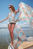 kobiety odzieży suknia w motorboat Zdjęcia Royalty Free