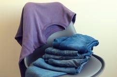Kobiety odziewa fiołkowa bluza sportowa, niebiescy dżinsy Strój dla nastoletniego Zdjęcia Royalty Free