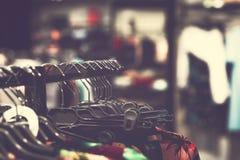 Kobiety odziewają w centrum handlowym Moda sklep Moda odziewa Kobiet odziewa? zdjęcie royalty free