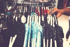 Kobiety odziewają w centrum handlowym Moda sklep Moda odziewa Kobiet odziewa? obraz stock