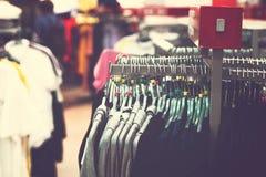 Kobiety odziewają w centrum handlowym Moda sklep Moda odziewa Kobiet odziewa? obrazy royalty free