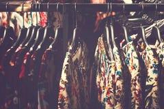 Kobiety odziewają w centrum handlowym Moda sklep Moda odziewa Kobiet odziewa? zdjęcia royalty free