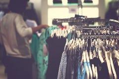 Kobiety odziewają w centrum handlowym Moda sklep Moda odziewa Kobiet odziewa? zdjęcie stock