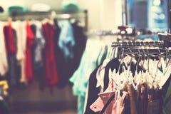 Kobiety odziewają w centrum handlowym Moda sklep Moda odziewa Kobiet odziewa? fotografia stock