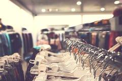 Kobiety odziewają w centrum handlowym Moda sklep Moda odziewa Kobiet odziewa? obrazy stock