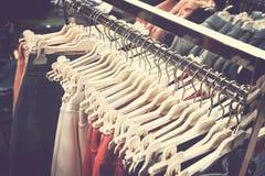 Kobiety odziewają w centrum handlowym Moda sklep Moda odziewa Kobiet odziewa? fotografia royalty free