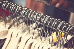Kobiety odziewają w centrum handlowym Moda sklep Moda odziewa Kobiet odziewa? zdjęcia stock