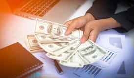 Kobiety oferuje wsad sto dolarowych rachunków - ręce do góry Zdjęcia Royalty Free