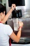 Kobiety operacyjna maszyna nalewać gęstego potrząśnięcie Obrazy Royalty Free