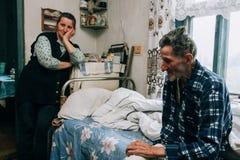 Kobiety opieki asystent i starszy mężczyzna Zdjęcia Royalty Free