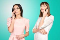 Kobiety opowiada na ich smartphones obraz stock