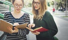 Kobiety Opowiada przyjaźni studiowania Brainstorming pojęcie obrazy stock