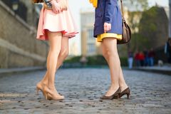 Kobiety opowiada w ulicie Zdjęcia Royalty Free