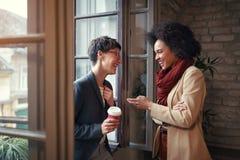 Kobiety opowiadają w przerwa czasie w biurze obraz royalty free