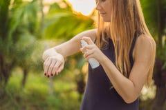 Kobiety opryskiwania insekta repellent na sk?rze plenerowej obraz royalty free