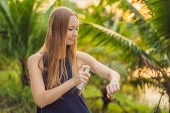 Kobiety opryskiwania insekta repellent na sk?rze plenerowej zdjęcie royalty free