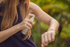 Kobiety opryskiwania insekta repellent na sk?rze plenerowej obrazy stock