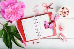 Kobiety organizaci plan z notatnikiem, gorącą czekoladą i kwiatem, obrazy stock