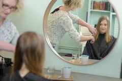 Kobiety ostrzyżenia fryzjera piękna salon obraz stock