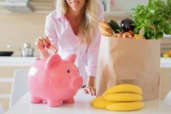 Kobiety oszczędzania pieniądze z mądrze zakupy obraz royalty free