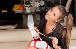 Kobiety otwarcia prezenta pudełko zdjęcie stock