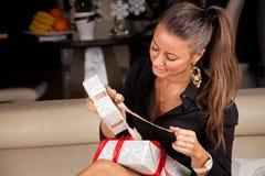 Kobiety otwarcia prezenta pudełko obrazy stock