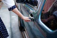 Kobiety otwarcia samochód obrazy stock