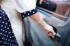 Kobiety otwarcia samochód zdjęcie stock