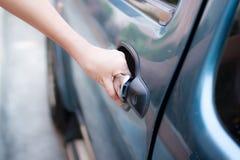 Kobiety otwarcia samochód zdjęcie royalty free