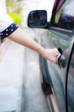 Kobiety otwarcia samochód obraz royalty free