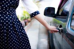 Kobiety otwarcia samochód fotografia stock