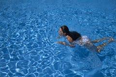 Kobiety pływacka żabka w basenie zdjęcia royalty free