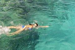 Kobiety pływaczki dopłynięcia kraul w błękitnym morzu Kobiety dopłynięcie w morzu obrazy royalty free