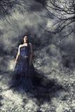 Kobiety panna młoda z ślubną suknią w tajemniczym widmowym zmroku krajobrazie zdjęcie royalty free