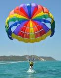 Kobiety parasailing i wywalający w wodę fotografia stock