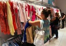 Kobiety patrzeje dla odziewają Zdjęcie Royalty Free