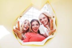 Kobiety patrzeje inside torbę Obrazy Stock
